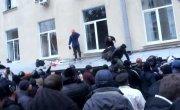 Народ в Харькове скидывает майдаунов с парапета Харьковского ОГА