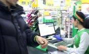 Бомж Валерий расплачивается в магазинах часами Apple watch Homelessperson