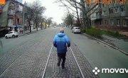 В Николаеве возмущенный пассажир несколько кварталов бежал перед не подождавшим его трамваем.