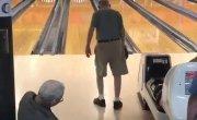 Дедушка показал как надо играть в боулинг.