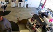 В США олень ворвался в парикмахерскую