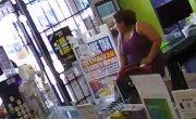 Парень  с пистолетом  попытался ограбить магазин , но его  задержали мамочки.