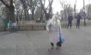 Коммуняку на гиляку . Слава Украине .  Пенсионерка в Харькове послала майдаунов.