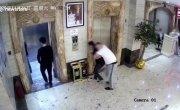 Два китайца провалились в лифтовую шахту.