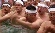 Исцеляющее купание: японцы окунулись в ледяную воду (новости)