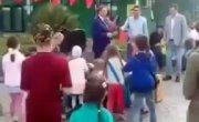 Мэр Сочи бросает подарки для детей на землю, как собакам