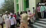 В Индии полиция разогнала палками мусульман..