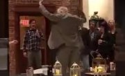 Дед отлично танцует на вечеринке.