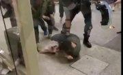 В Гонконге протестующие налетели на полицейского.