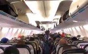 Как выходят пассажиры из самолета в Канаде.