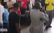 Пастор из Зимбабве на глазах у публики «звонит» богу.