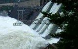 Сброс воды на ГЭС 2006