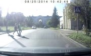 С пешеходного поймал чижика на капот и довез до следующего перекрестка