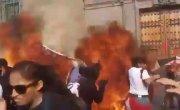В Мексике феминистки попытались кинуть в полицейских коктейль Молотова.