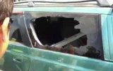 Как разбить стекло автомобиля одним пальцем
