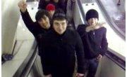 Черножопые  в метро, прогнулись под славян.