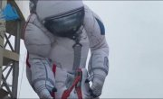 Россия. Реалии. В Красноярске установили 17-метрового надувного космонавта. За ночь он сдулся и упал