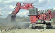 Огромные экскаваторы и грузовики, добывающие уголь в карьерах