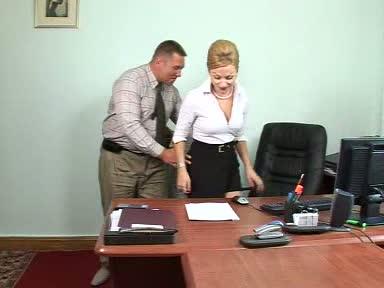 Зовет начальник к себе секретаршу
