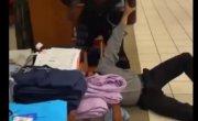 В США негр продавец избивает покупателя .