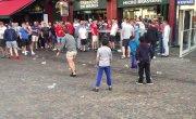 Во французском Лилле английские болельщики кидают мелочь детям  беженцам и  смеются над ними.
