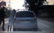 «Озверел из-за своего ВАЗа». Пассажир избил девушку-водителя из-за мелкой аварии