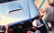 Прищемил пальцы капотом автомобиля!
