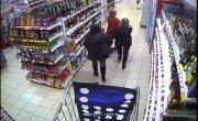 Девушки спрятали в трусы бутылки с алкоголем