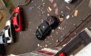 Дебошир выбрасывал с балкона мебель на припаркованные авто (2)