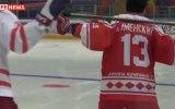 В хоккей играют настоящие мужчины ... Путин провел тренировку по хоккею с Фетисовым. Life News.