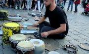 По профессии он уличный музыкант, а на деле – гений