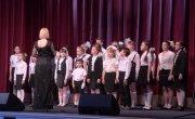 Детский хор исполняет песенку про маму