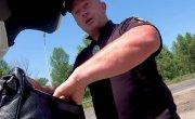 Украинский полицейский пытается убежать с поста!
