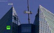 На высоте 50-го этажа- в США мойщики окон застряли на раскачивающемся подъёмнике