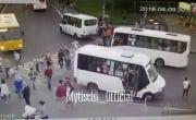 В Мытищах автобус въехал в толпу пешеходов 18+