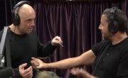 Джо Роган протыкает руку Девиду Блейну насквозь