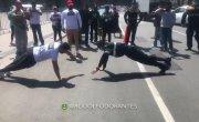 Протестующий решил помериться силами с полицейским (Мексика)