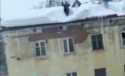 Почистил снег без страховки