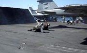 Взлетающий самолет сдул мужика на палубе