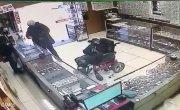 Когда решил ограбить магазин не имея рук