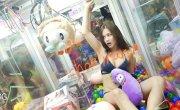 Девушки  в автоматах  для вытягивания плюшевых игрушек