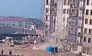 Обрушении строительных лесов в Дагестане.